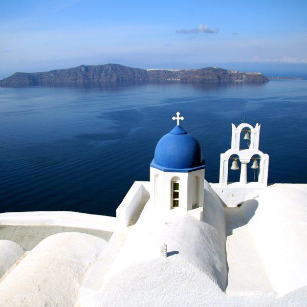 Santorini meta perfetta per una vacanza sotto il sole delle Cicladi